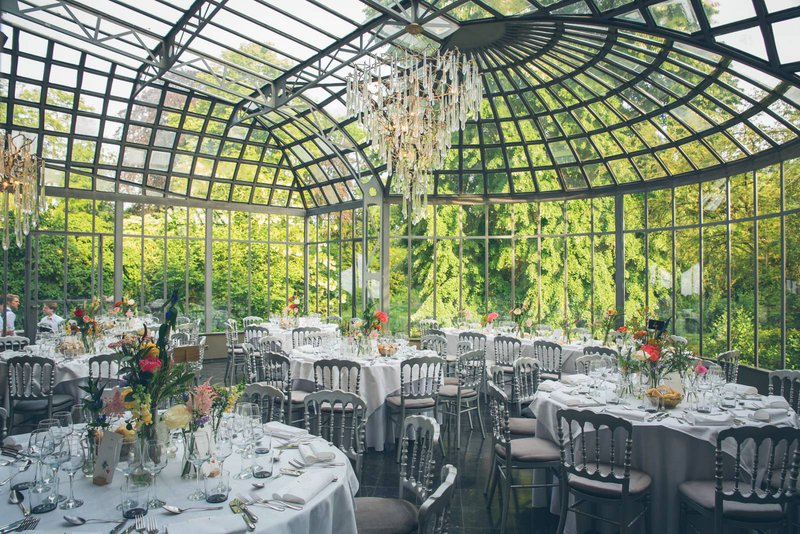 romantische feestzaal, oranjerie, wit, tafels, versierd, bloemen, natuur