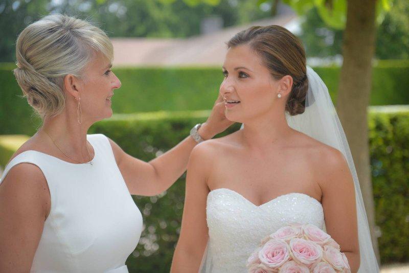 moeder en dochter, wit kleed, wit trouwkleed, sluier, vrouwen, huwelijk