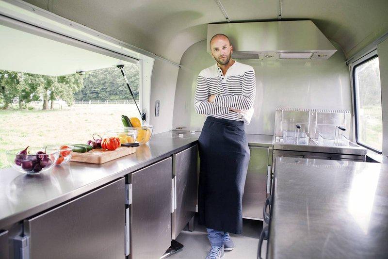 Jean sur Mer. Hippe foodtrucks gespecialiseerd in vis op alle wijze met verschillende retro foodtrucks. -House of Weddings
