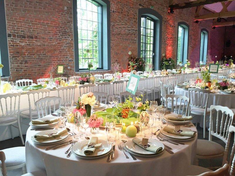 romantische feestzaal, huwelijksfeest, versierde tafel, gedekt, kaarsen, groen en wit