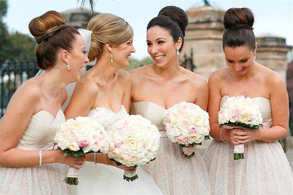 Bruidsmeisjes met een dot als kapsel - House of Weddings