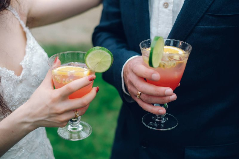 Bruidspaar houdt roze cocktail van Cointreau Fizz vast - Nieuwe cocktails - House of Weddings