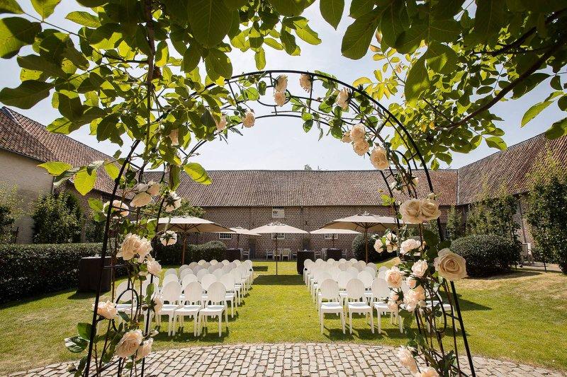 romantisch, ceremonie, huwelijk, natuur, bloemen, witte stoelen, boog