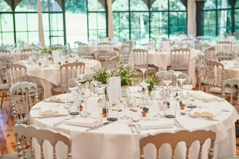 romantische feestzaal, versierde tafel, bloemen, wit, feestelijk