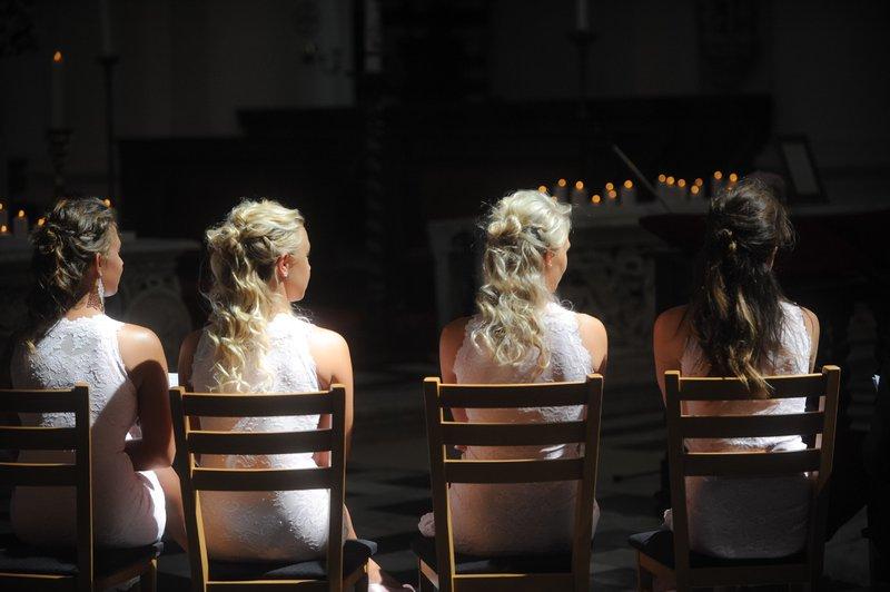Bruidsmeisjes op stoelen met gekrulde haren - House of Weddings