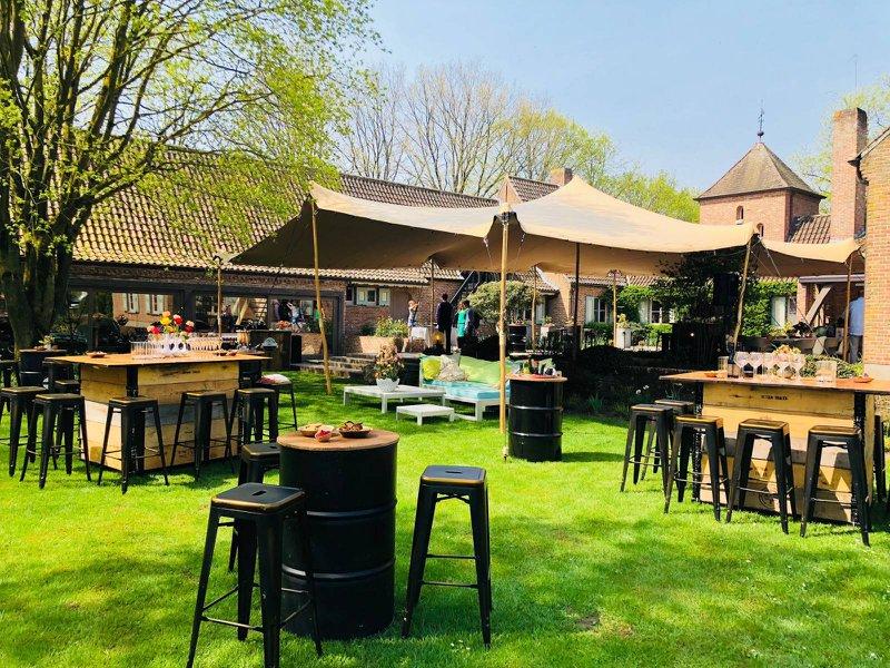Festival huwelijk - huwelijksfeest - foodtrucks - foodtruck wedding - barstoelen - hoge tafels - tenten - House of Weddings