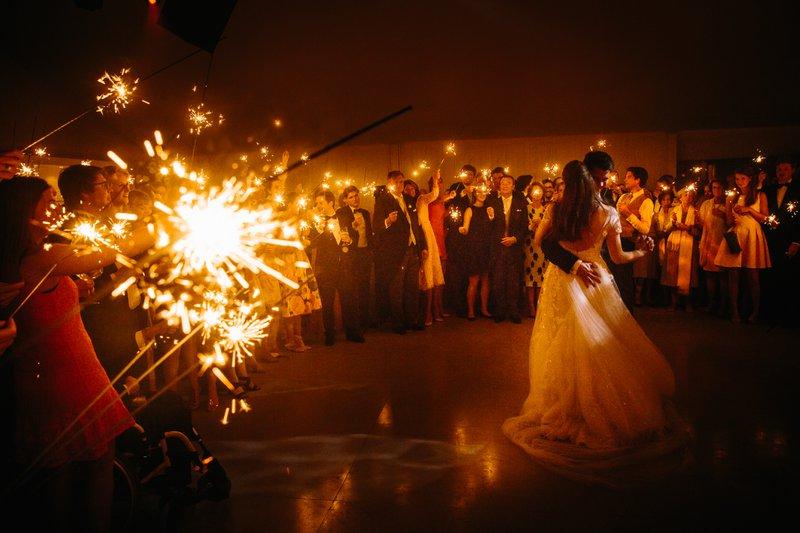 dansend koppel, veel mensen, trouw, huwelijk, vuurwerk  - Taken Bruidegom - House of Wedding
