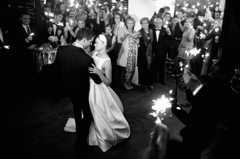 Fotograaf huwelijk - Zwart-witfoto van openingsdans met vuurstokjes - Michel Yuryev Photography - House of Weddings
