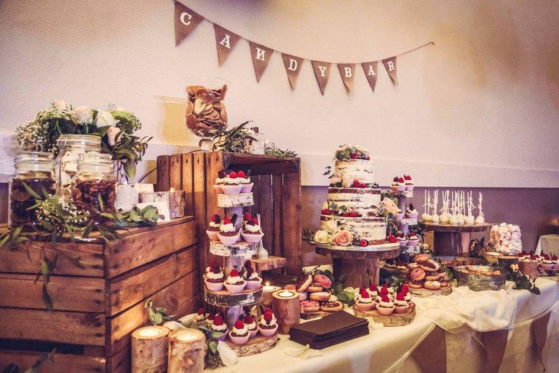 Dessertbuffet met houten kisten, candybar - 't Suikerhuys - House of Weddings