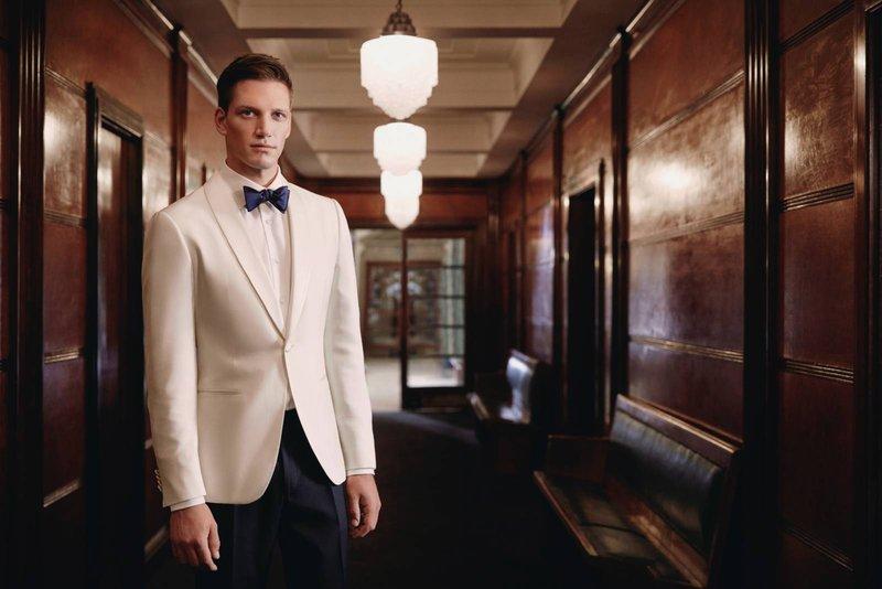 Wit maatpak met blauwe broek door Scabal - House of Weddings