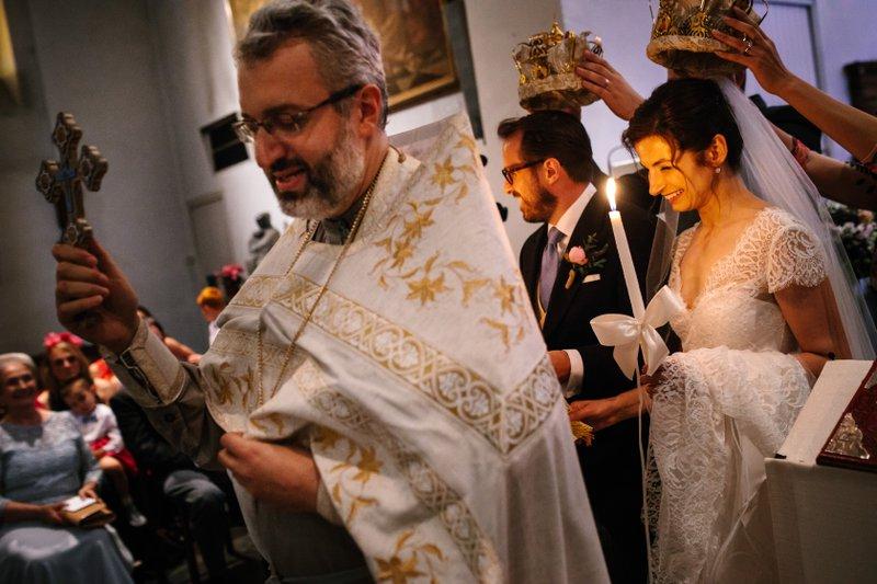 huwelijksviering - vrouw en man - priester - huwelijksritueel - kaars - kroon - House of Weddings