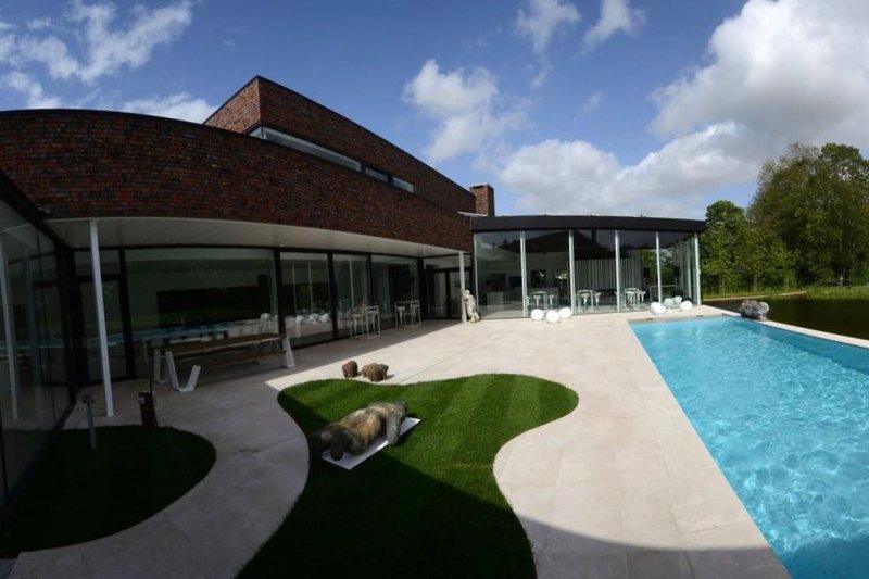 Eventhouse: residentiële nieuwe trouwlocatie met terras, zwembad, vijver, binnengrill en open haard. Gelegen te Ichtegem, West-Vlaanderen.- House of Weddings