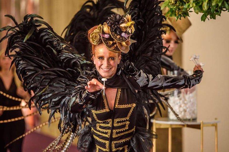 vrouw, kostuum, vleugels, great gatsby stijl, deelt lolly's uit - TheCast - House of Weddings