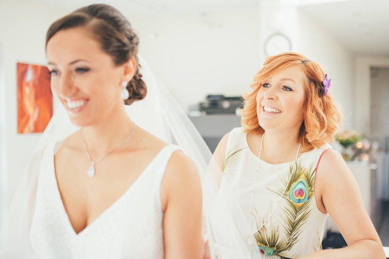 Bruid met bruidsmeisje met een kort kapsel - House of Weddings