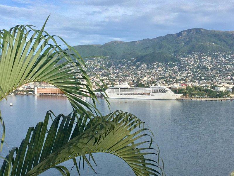 Acapulco Cruise Ship - Regent Seven Seas Mariner in Acapulco!