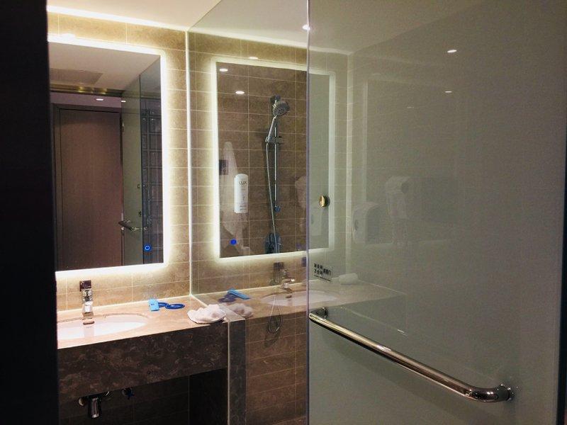 Holiday Inn Express Shenyang - Smart bathroom-door design