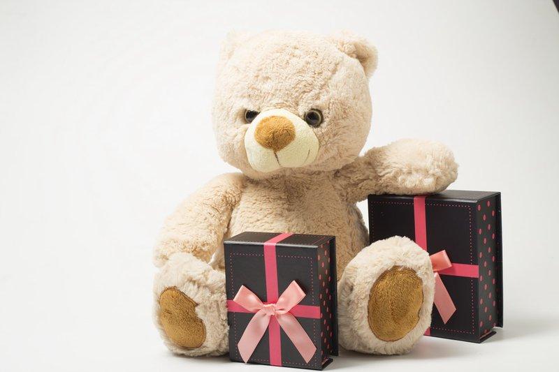 communiecadeaus lentefeest cadeaus beer met cadeaus kijkt boos