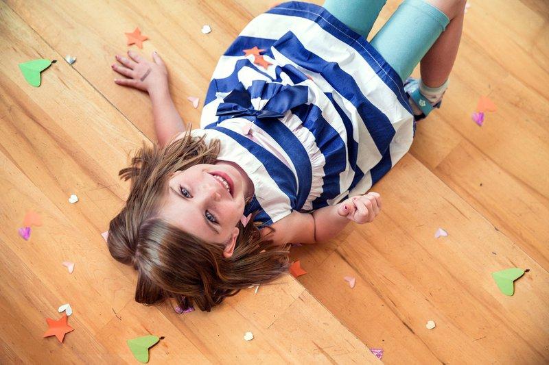 communiecadeaus lentefeest cadeaus meisje tussen confetti