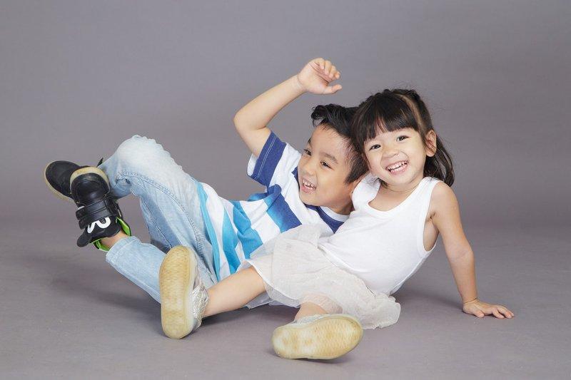 communiecadeaus lentefeest cadeaus twee kinderen gelukkig