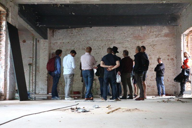 Toekomstige renovatiebegeleiders, die de opleiding volgen bij Syntra, kwamen alvast een kijkje nemen