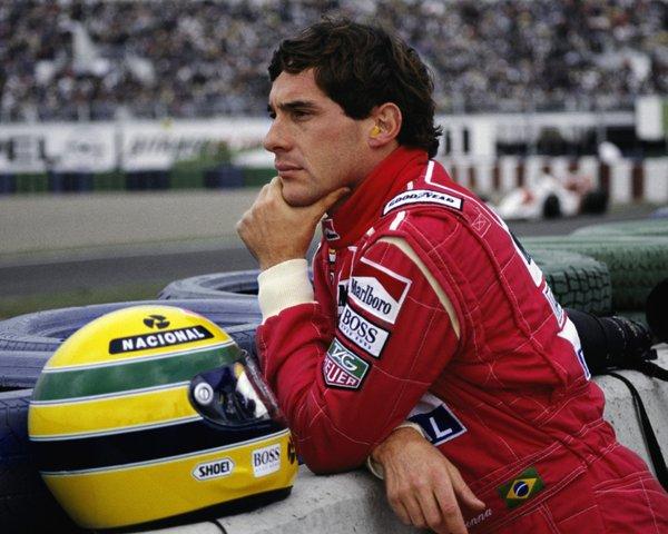 Ayrton Senna visualizando sua próxima corrida